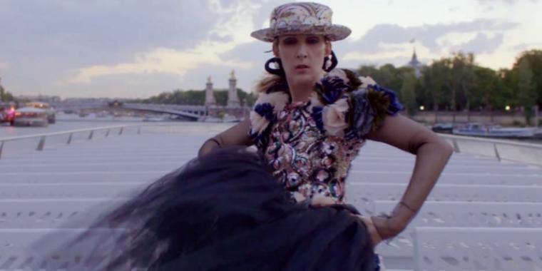 """بالفيديو:سيلين ديون ترقص مع """"فوغ"""" في شوارع باريس"""