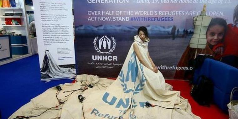 ثوب من قماش خيمة يحمل قضية اللجوء إلى العالم