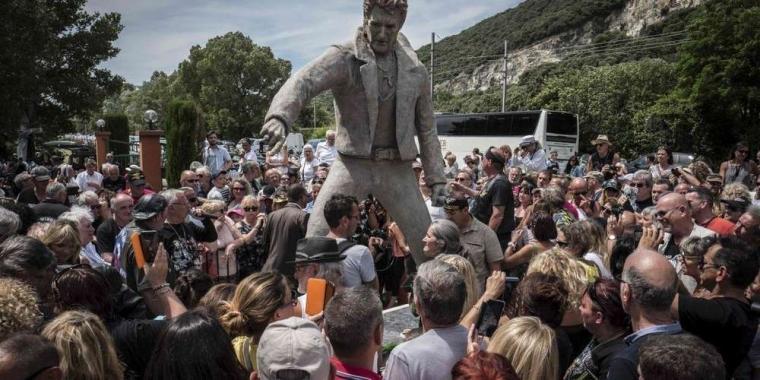 تمثال ضخم يرفعه عشاق جوني هاليداي في جنوب فرنسا