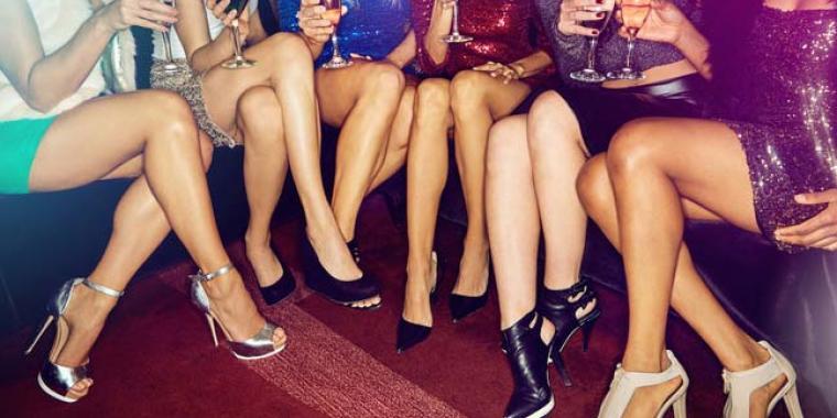حفل المشروب المجاني لصاحبات التنانير القصيرة يثير الجدل على فايسبوك