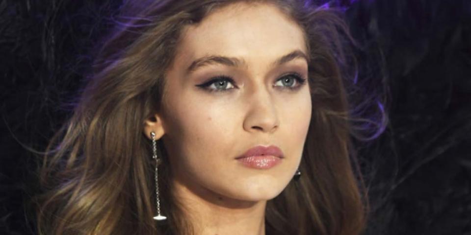 خطأ فادح في Lingerie جيجي حديد خلال عرض Victoria's Secret