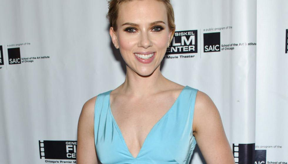 الممثلة Scarlett Johansson تطلّ بالأزرق