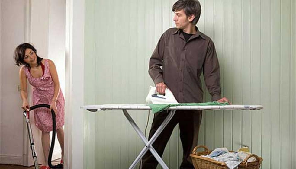 الأزواج الذين يتقاسمون الأعمال المنزلية أكثر إقبالاً على الجنس