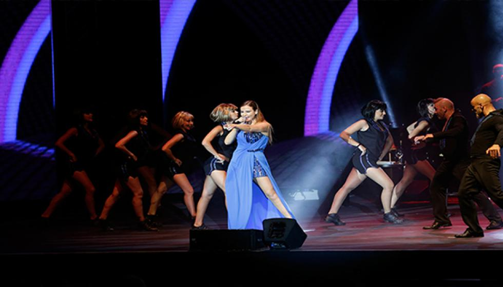 كارول سماحة ترقص وتغني في بيبلوس