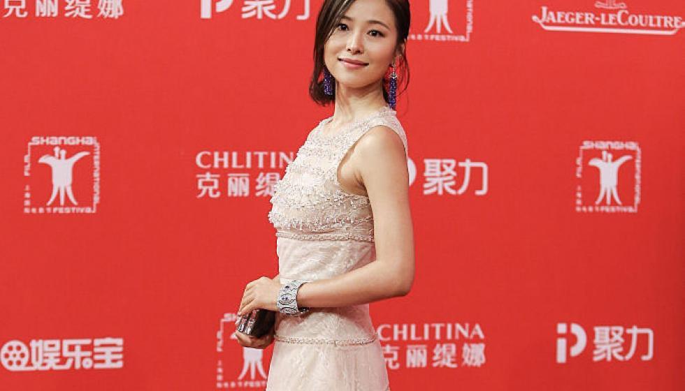 نعومة لافتة في فستان الممثلة Jiang Yiyan