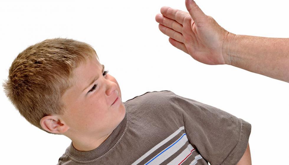 طفلكم عدواني؟ سلوككم يغيّر سلوكه