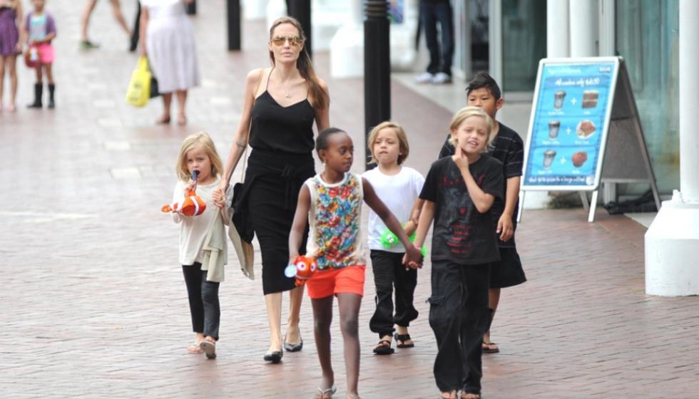 انجلينا جولي توفّيتْ بشائعة وحدادُها لم ينتهِ