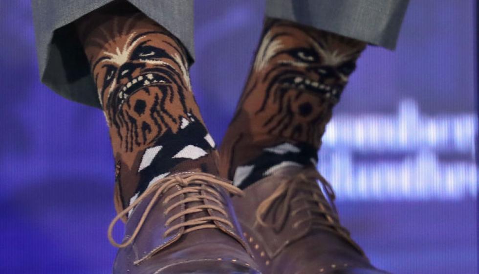 رئيس وزراء كندا يرتدي جوارب Star Wars خلال مؤتمر للأعمال