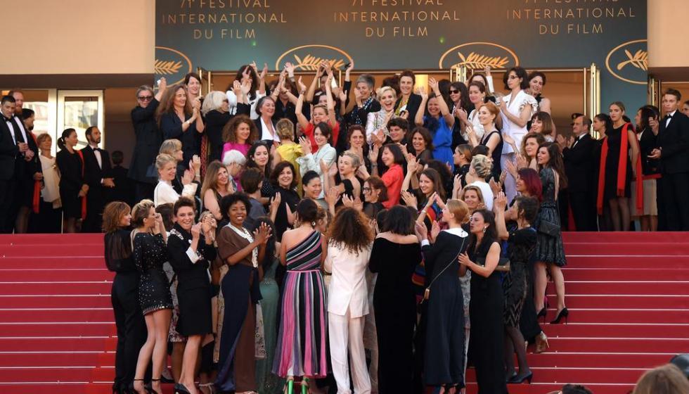 سلمى حايك تدعو الممثلين للتضحية من أجل المساواة بالأجر مع الممثلات