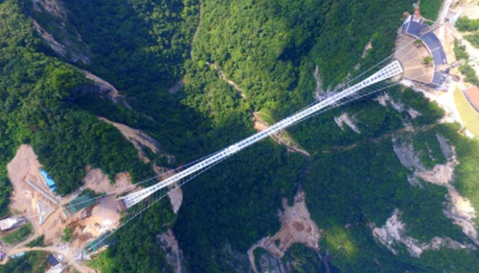 لعشاق المغامرة فقط: أعلى وأطول جسر زجاجي في العالم!