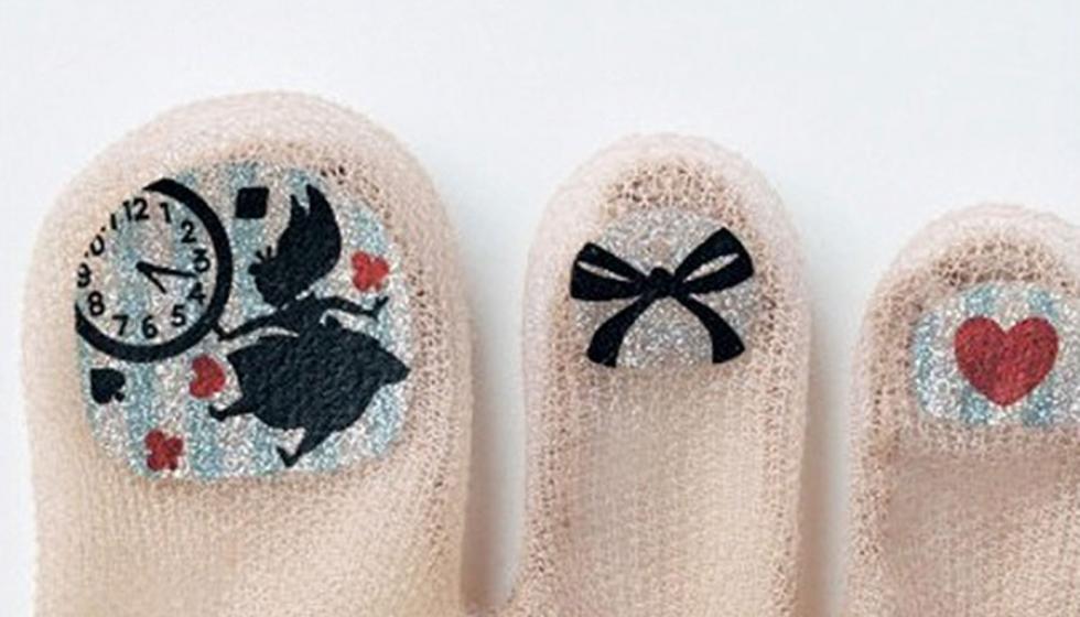 غرائب يابانية: جوارب بطلاء الأظفار