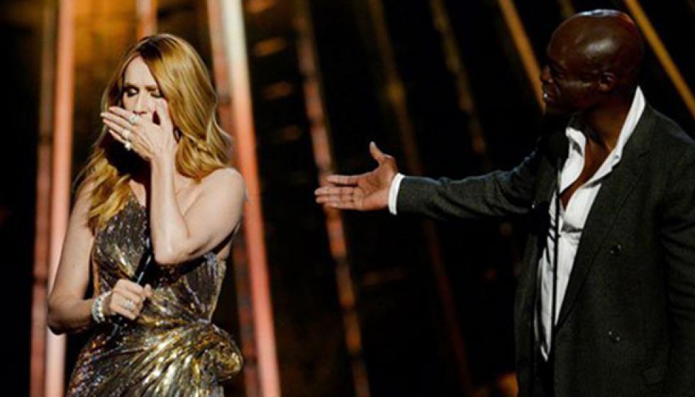 سيلين ديون تبكي على مسرح Billboards