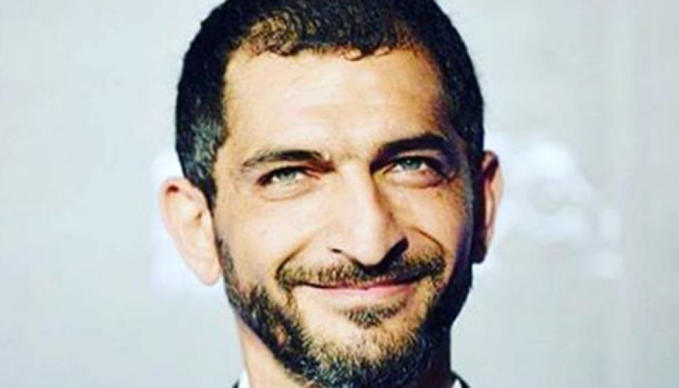 عمرو واكد يستعد لـ فرد خرطوش