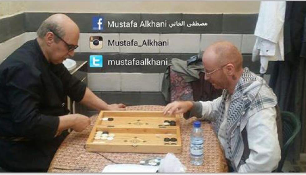 أبو عصام والنمس يلعبان الطاولة