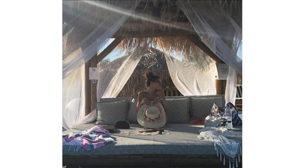 بعد قمر..ميريام تغطي جسدها العاري بقبعة