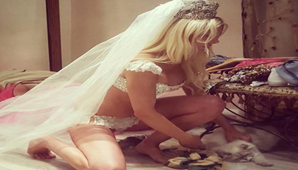 ميريام كلينك عروس بالملابس الداخلية والطرحة