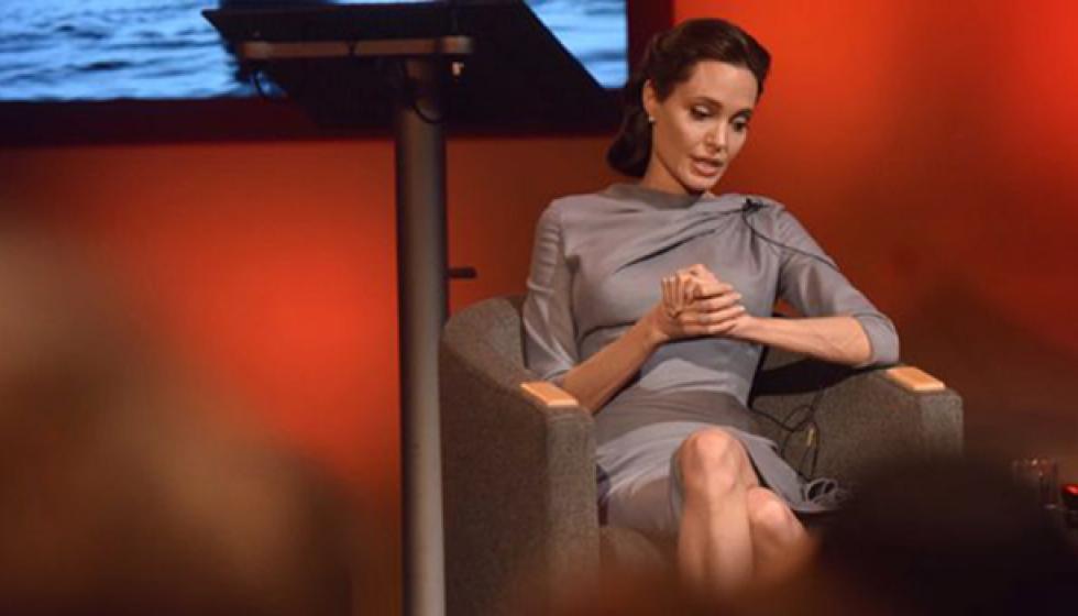 انجلينا جولي تخاطب قادة العالم وتتكفل بعائلة كمبودية