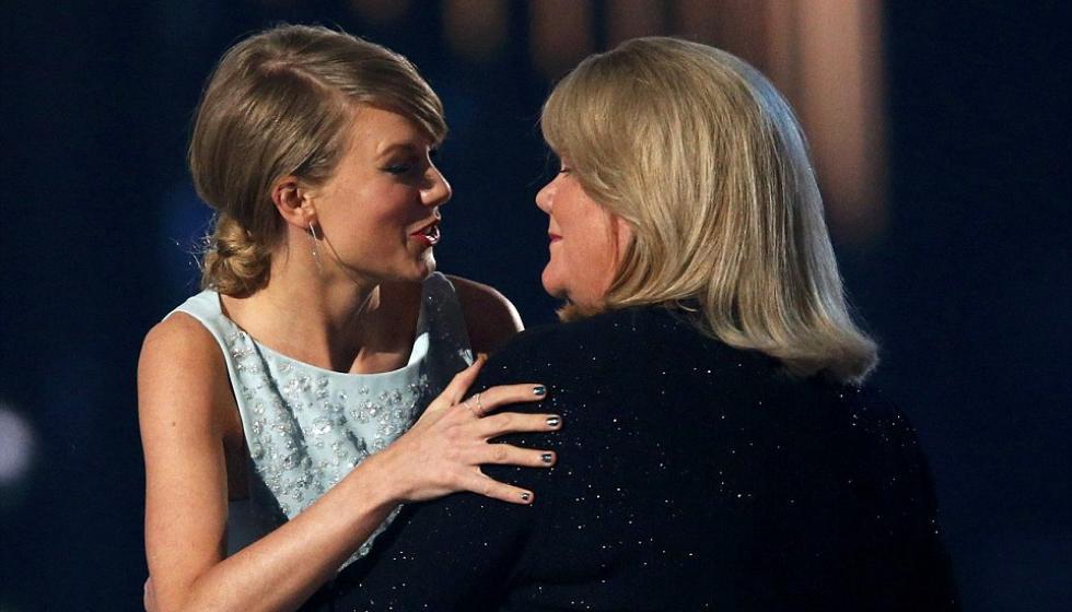 والدة تايلور سويفت خافت على سمعة ابنتها فسكتت!