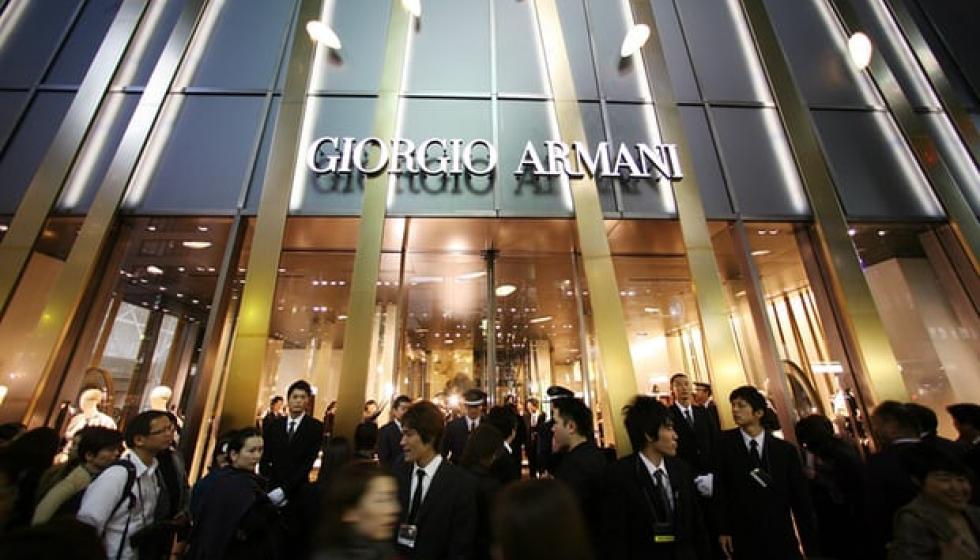 مدرسة ابتدائية يابانية عامة تختار لتلامذتها زياً من تصميم أرماني