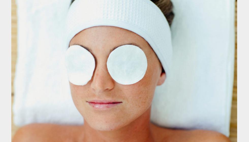 كمادات لإزالة الهالات السوداء والانتفاخ تحت العينَين