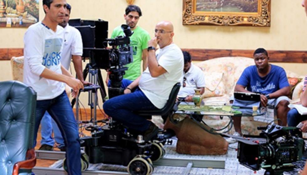"""أسد ضخم يهاجم مخرج ومدير تصوير مسلسل""""بين ليلة وضحاها"""""""