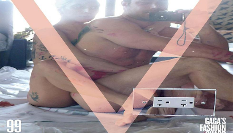 ليدي غاغا وخطيبها عاريان