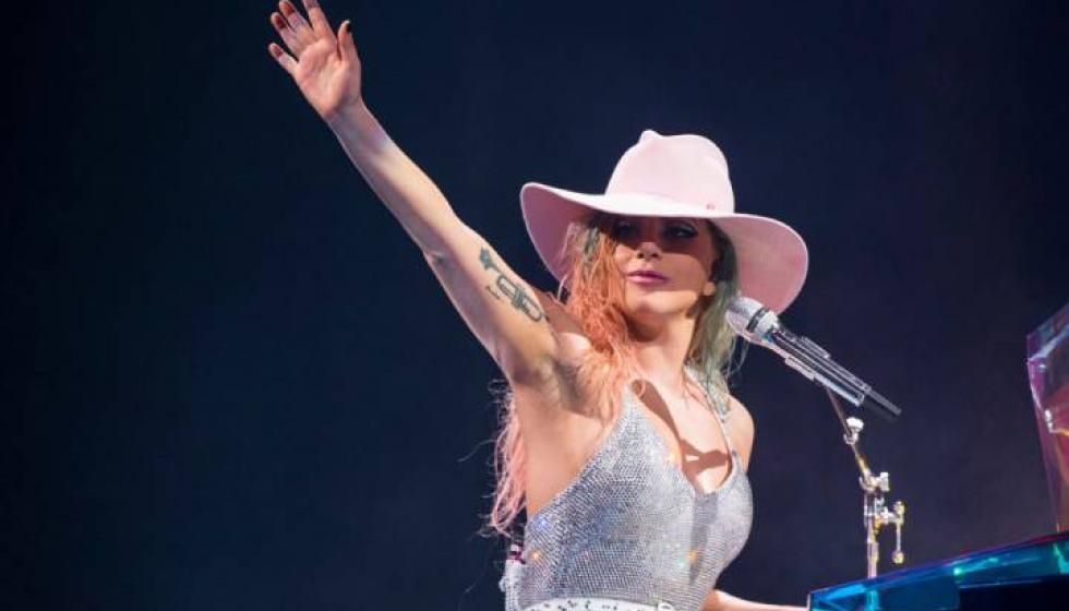 ليدي غاغا توقف حفلها الغنائي لتتأكد أن إحدى معجباتها بخير!