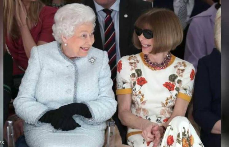 بالصور: الملكة إليزابيث تفاجئ عرض أزياء لندني وتطلق جائزة باسمها للتصميم البريطاني